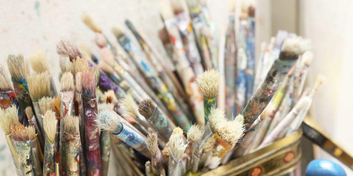 De kwasten staan klaar voor de schilder workshops in het kunstenaars atelier bij het Vondelpark in Amsterdam