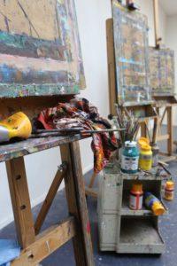 De schilders ezels en de verf staan klaar in het schilders atelier