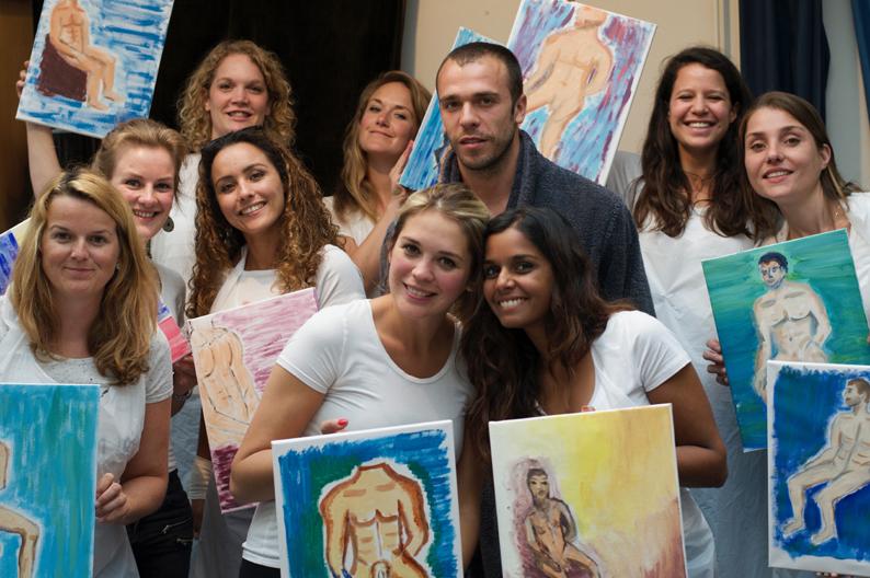 kleurige schilderijen, vriendinnen en naakt model bij het vrijgezellenfeest met de Workshop naakt model tekenen en schilderen in Amsterdam
