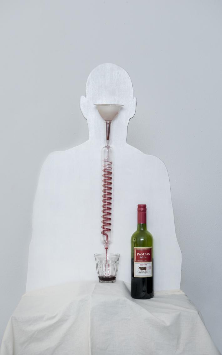 wit silhouet met trechter en laboratorium buis waardoor rode wijn loopt dat in een glas terecht komt